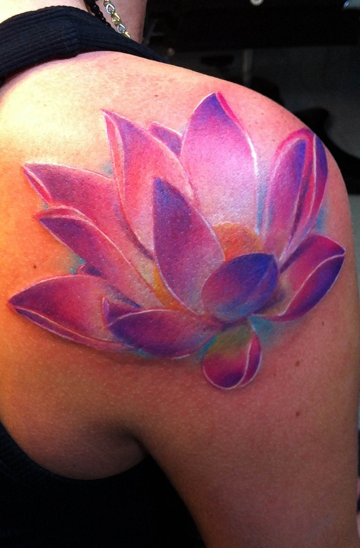 ejemplo tatuaje flor de loto rosa