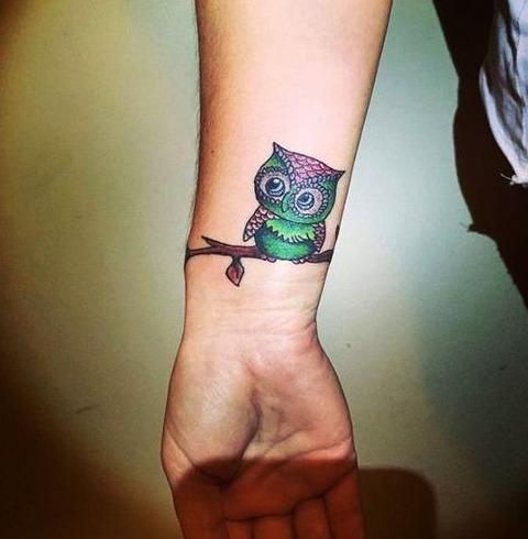 Tattoos de búhos en la muñeca
