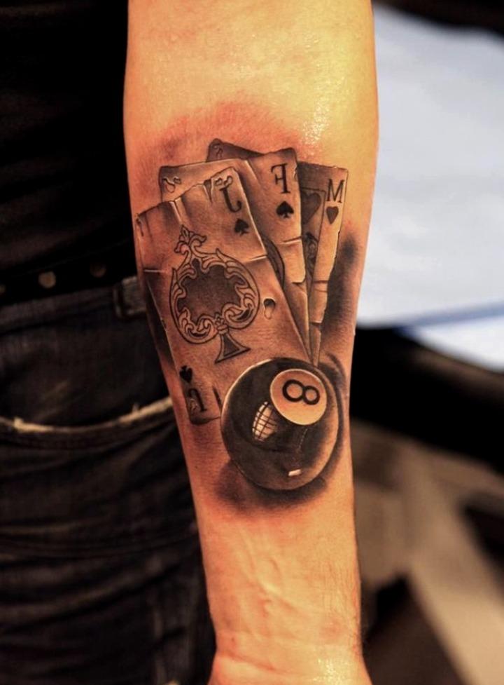 Tattoos de cartas de póker y bolas de billar