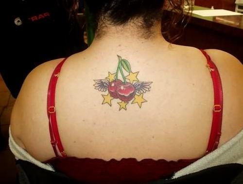 Tattoos de cerezas y estrellas