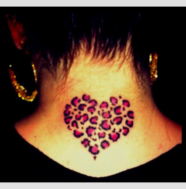 Tattoos de corazón y leopardo