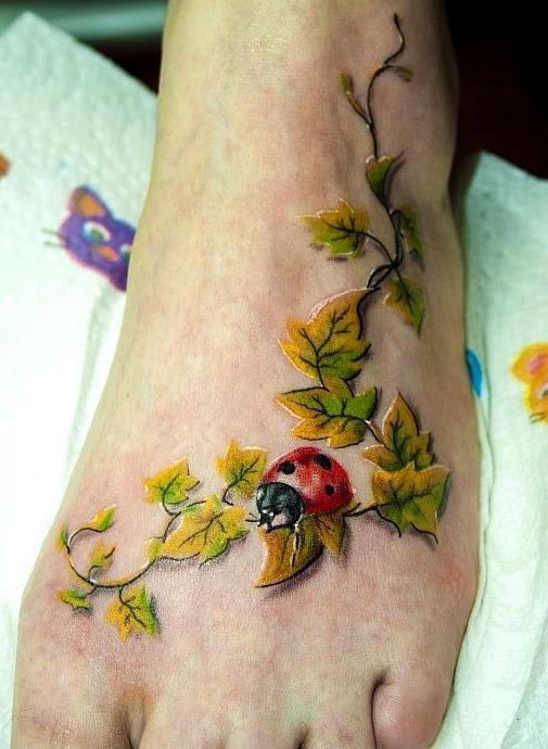 Tattoos de enredaderas en el pie