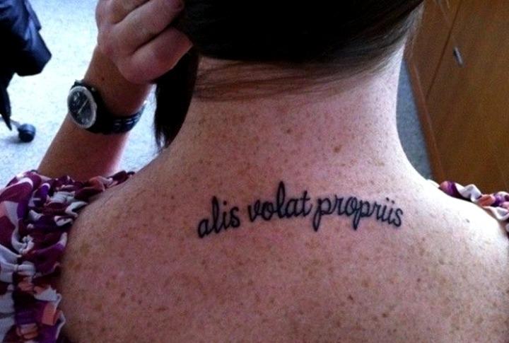 Tattoos de frases en la espalda