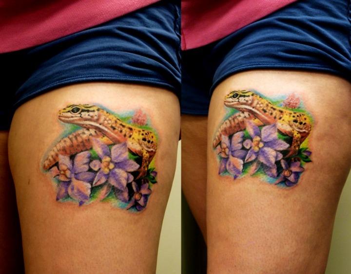 Tattoos de lagartijas entre flores