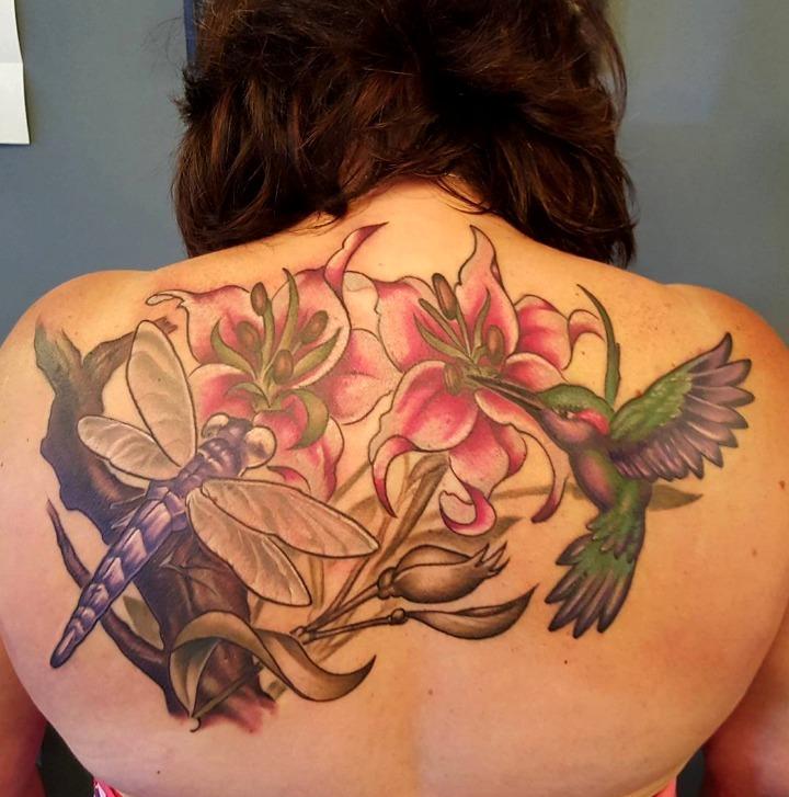 Tattoos de libélulas entre flores