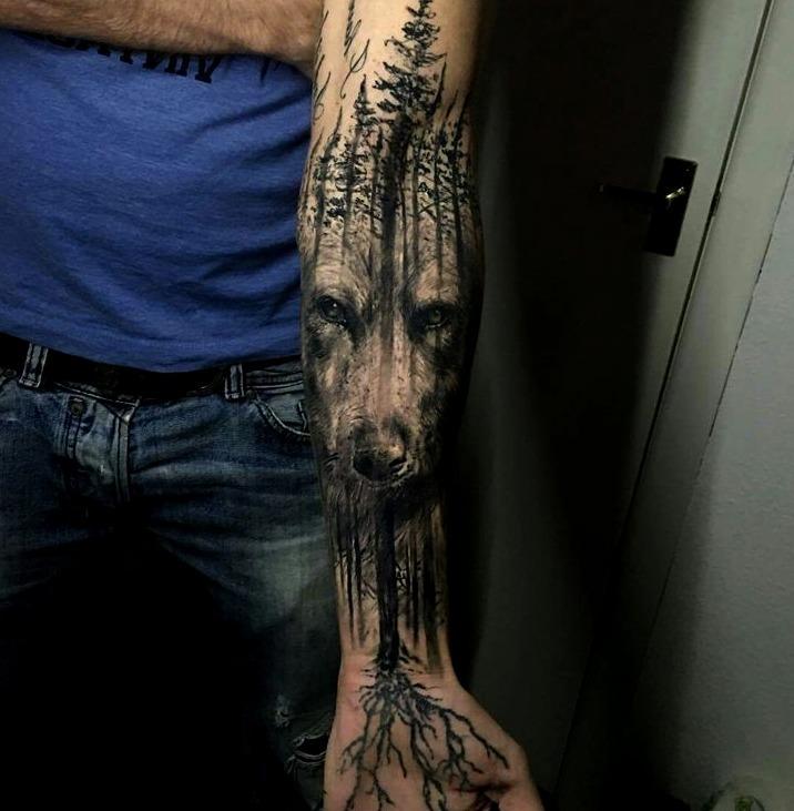 Tattoos de lobos en bosques