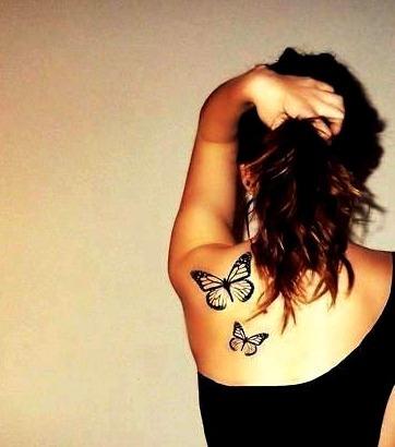 Tattoos de mariposas en los hombros