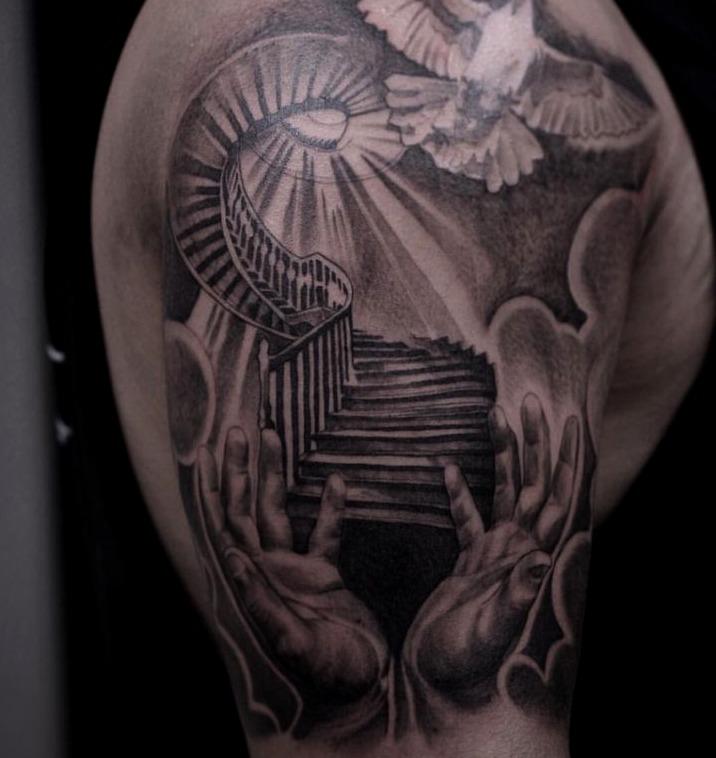 Tattoos de palomas en escaleras hacia el cielo