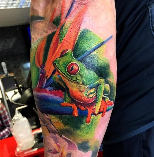 Tattoos de rana posada en una hoja