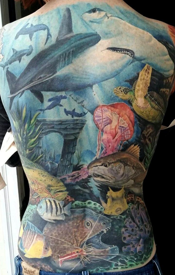 Tattoos de tiburones en el agua