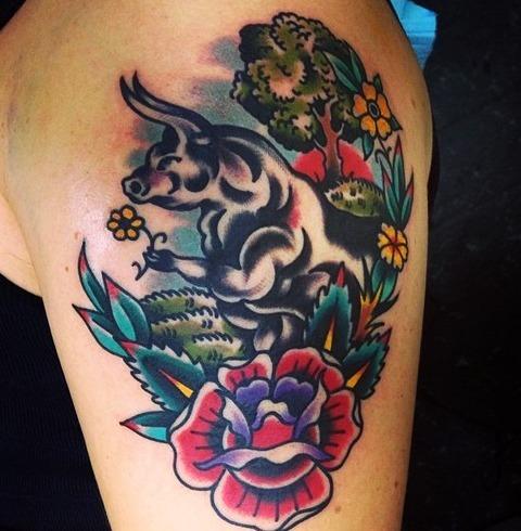 Tattoos de toros entre flores