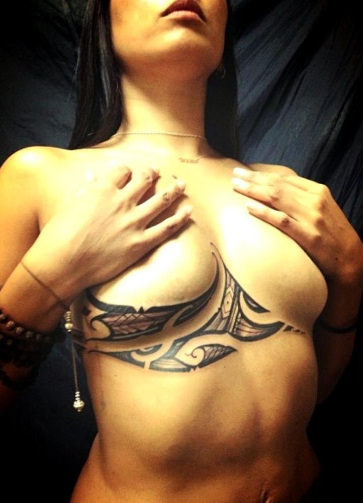 Tattoos debajo del pecho