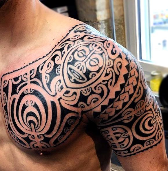 Tattoos maories étnicos en los hombros