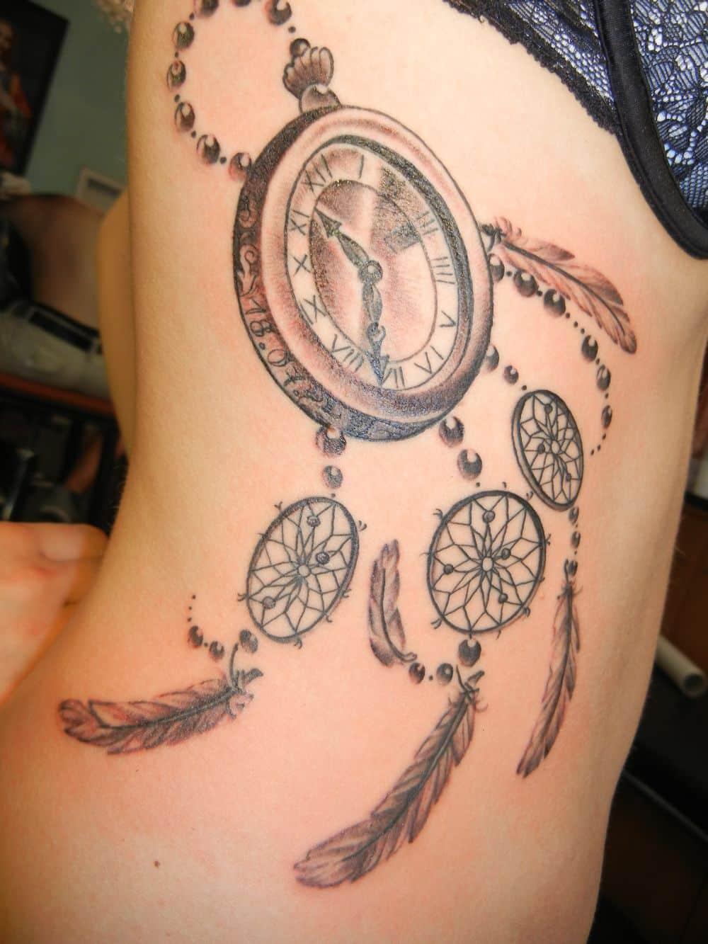 tatuaje de atrapa sueños celeste con reloj