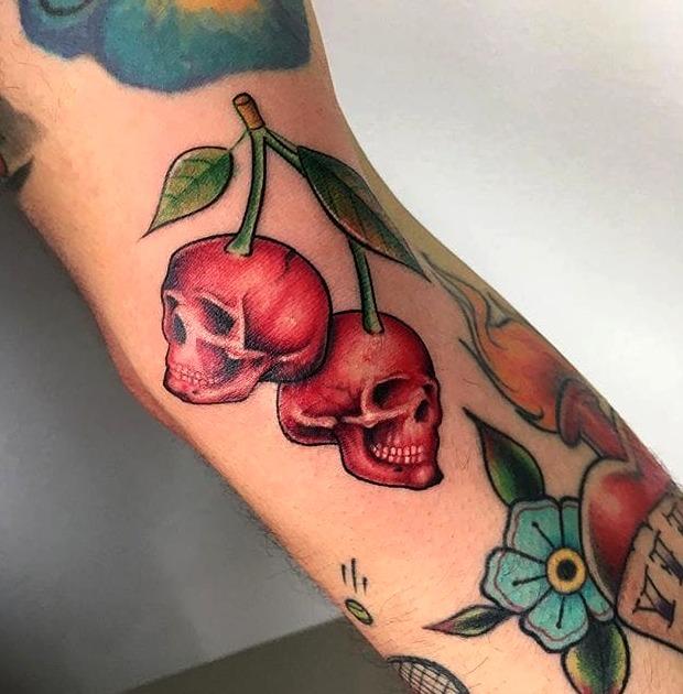 Tatuaje de cerezas en forma de calavera
