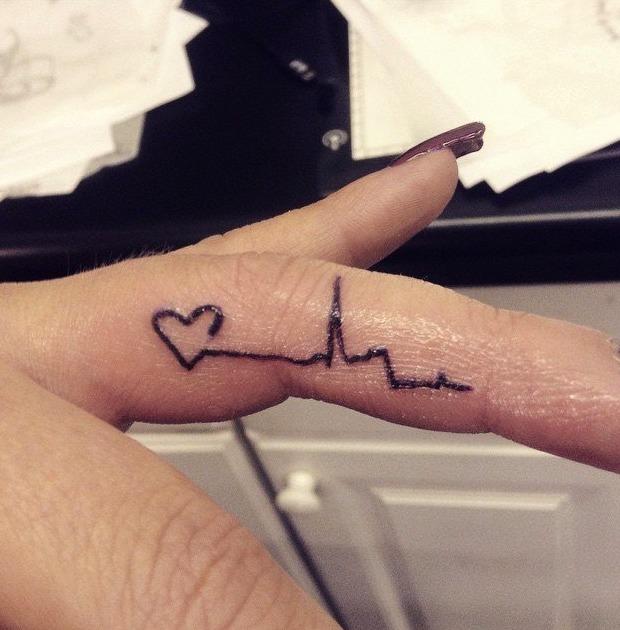 Tatuaje de corazón en el dedo