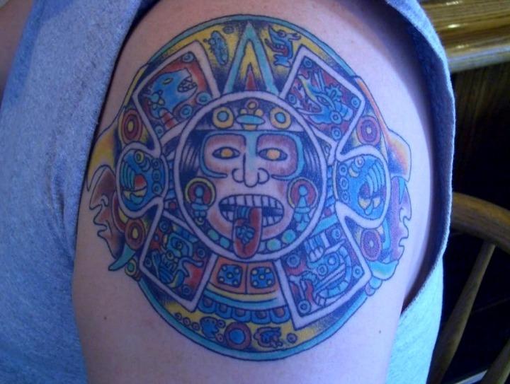 Tatuaje del sol azteca