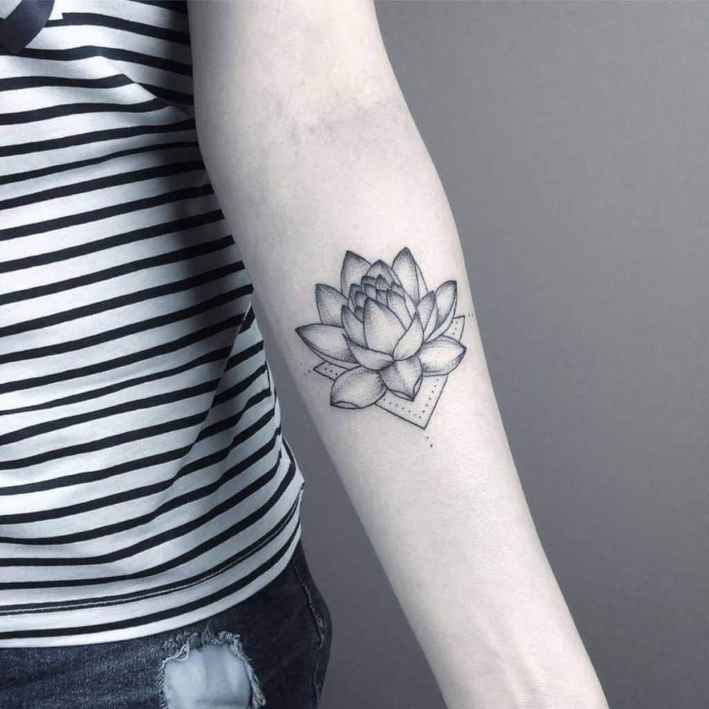 tatuaje flor de loto blanco