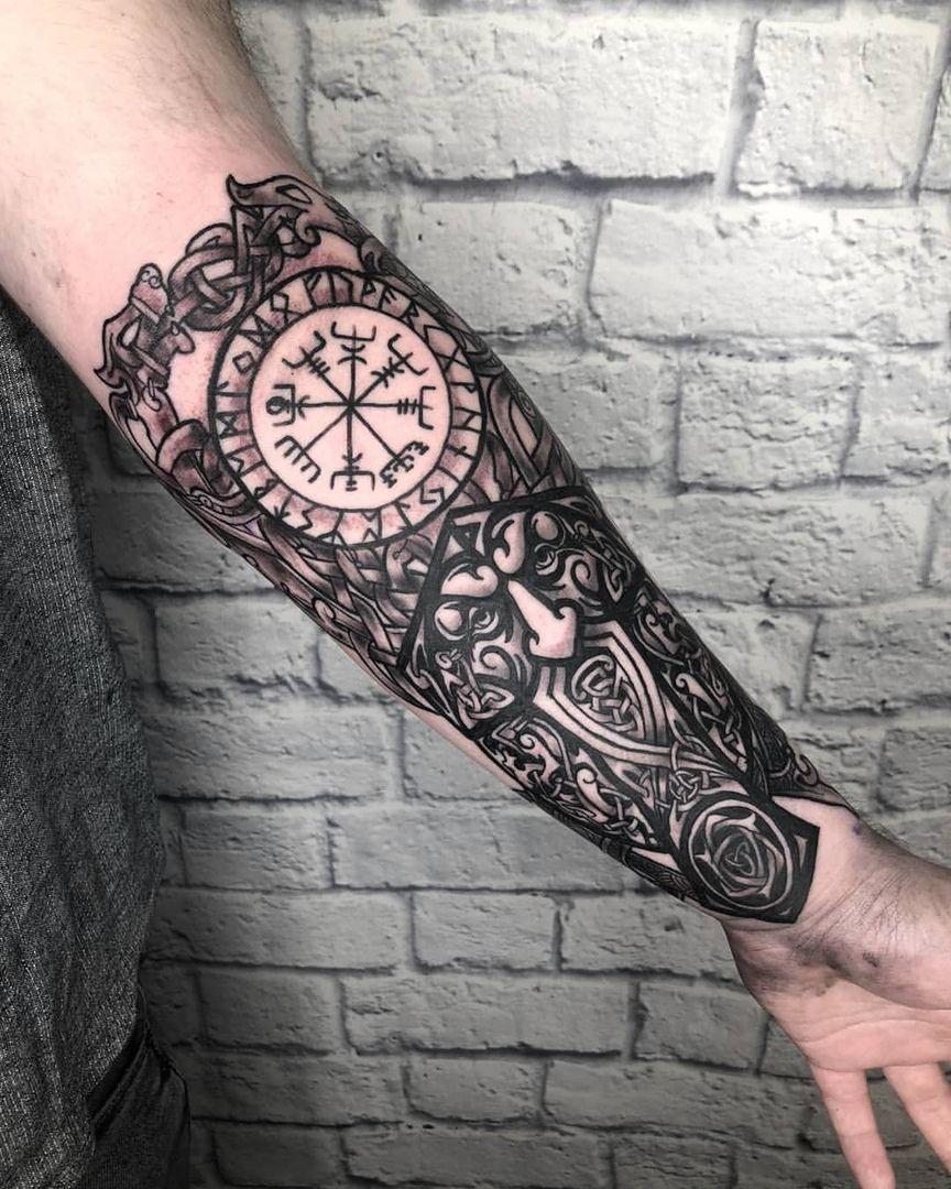 tatuaje nórdico en el brazo