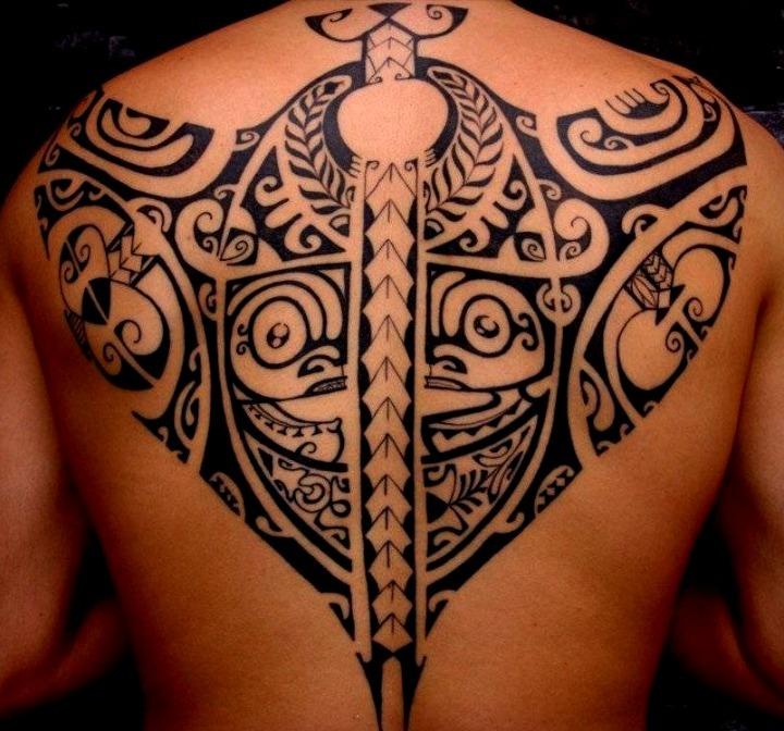 Tatuaje tribal en la espalda
