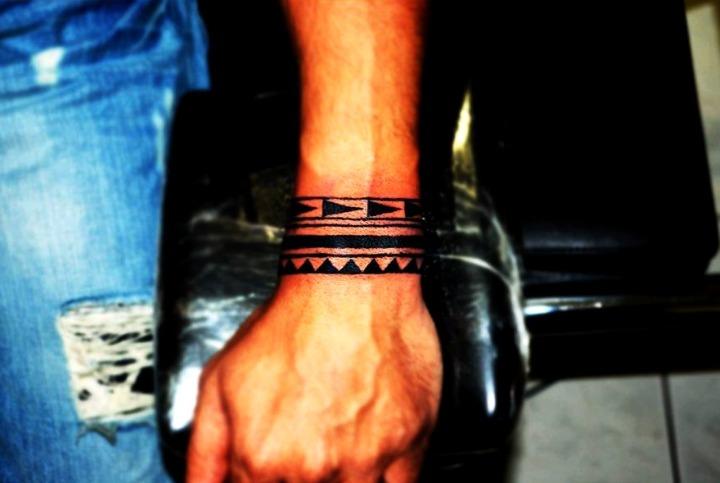 Tatuajes de brazaletes maoríes