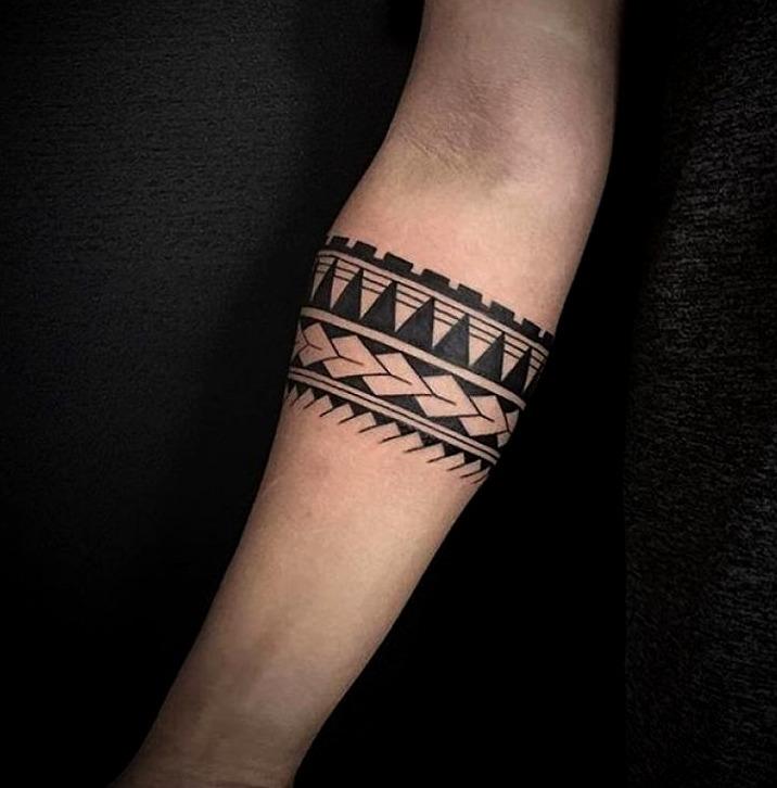 Tatuajes de brazaletes pequeños en el antebrazo