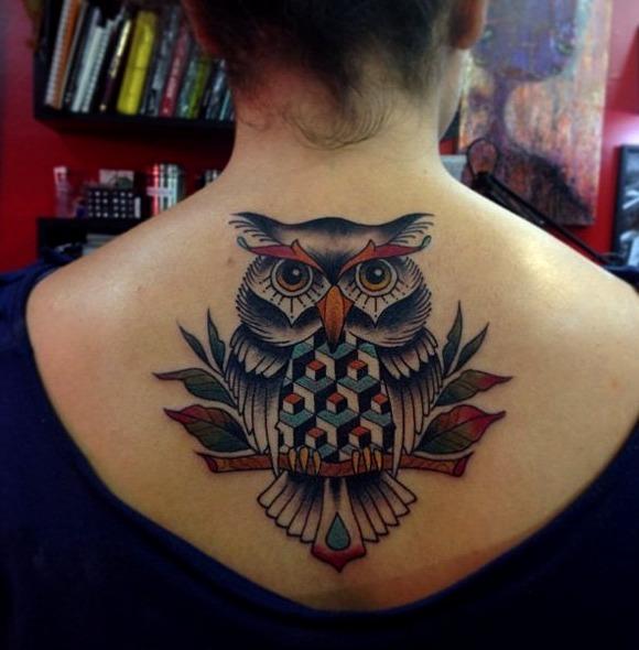 Tatuajes de búhos en la espalda