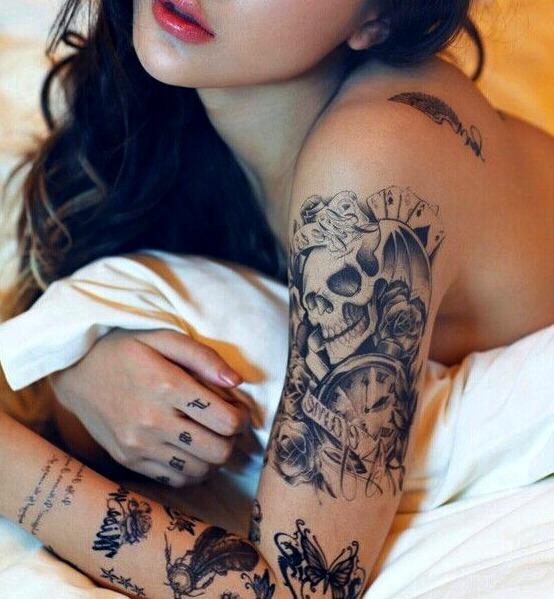Tatuajes de cartas de póker en mujeres