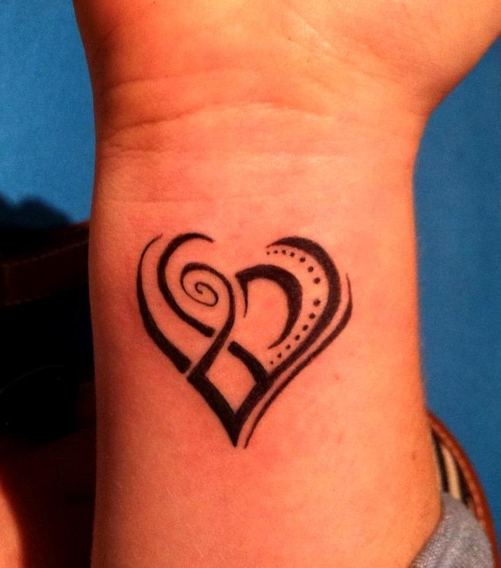 Tatuajes de corazones en la muñeca