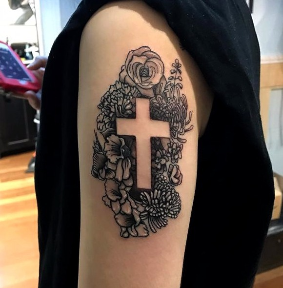 Tatuajes de cruz en el hombro