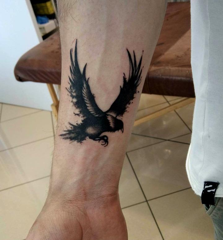 Tatuajes de cuervos en la muñeca