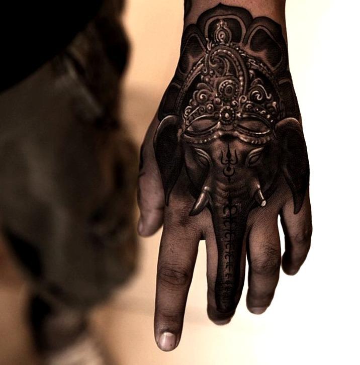 Tatuajes de elefantes en la mano
