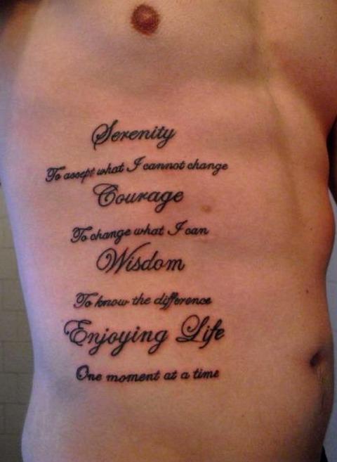 Tatuajes de frases en las costillas