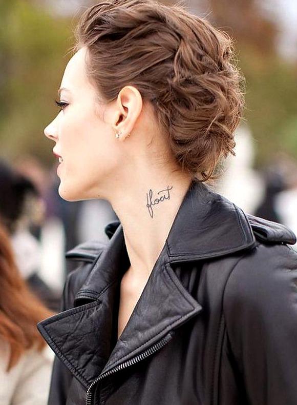 Tatuajes de frases y nombres en el cuello
