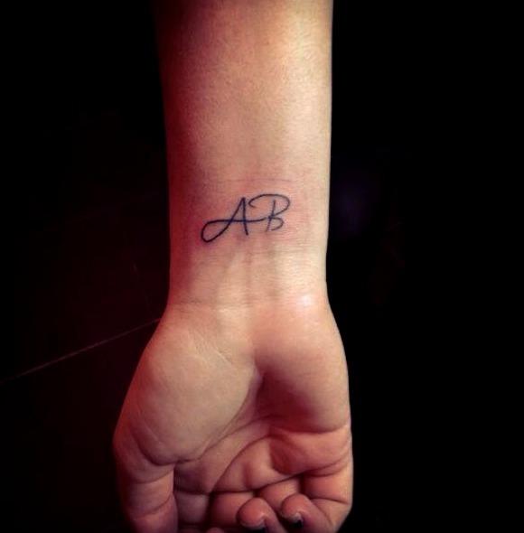 Tatuajes de iniciales en la muñeca