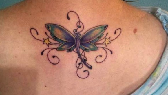 Tatuajes de libélulas entre estrellas