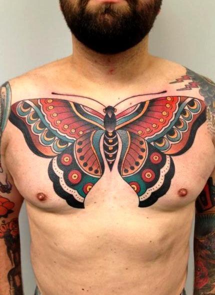 Tatuajes de mariposas en el pecho