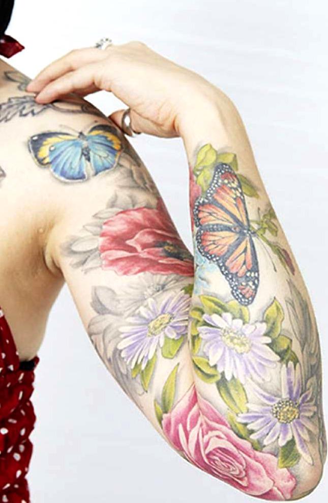 Tatuajes de mariposas entre flores