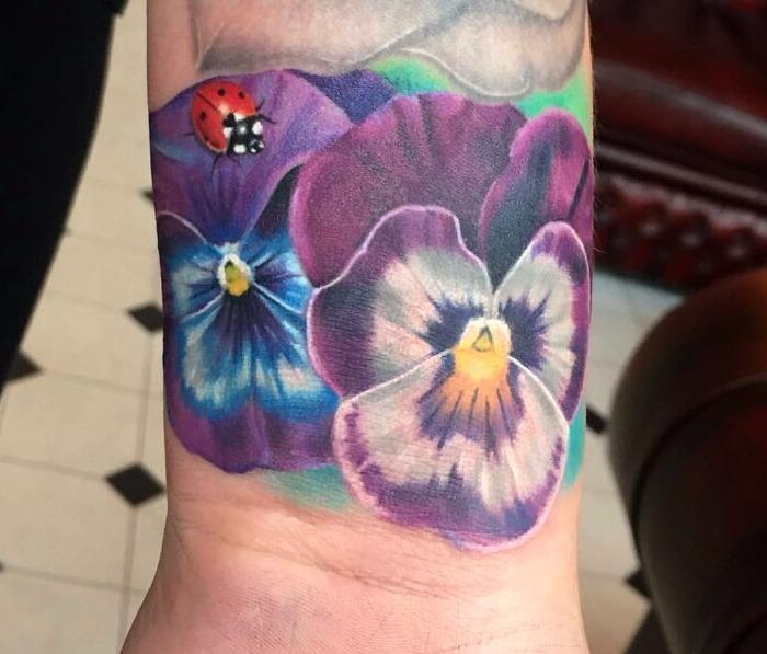 Tatuajes de mariquitas y flores