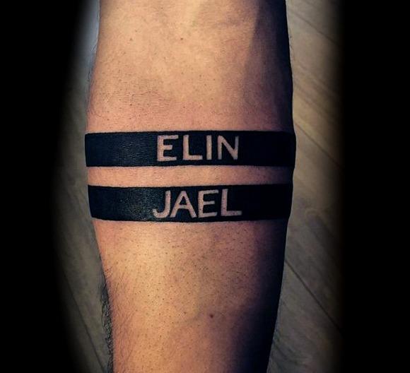 Tatuajes de nombres en el antebrazo
