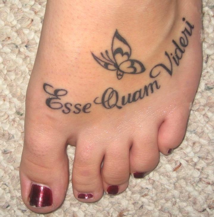 Tatuajes de nombres en el pie