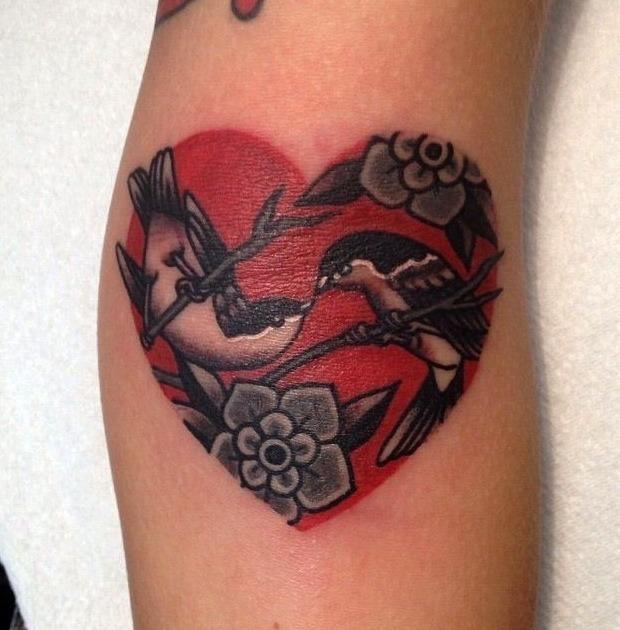 Tatuajes de palomas y corazones