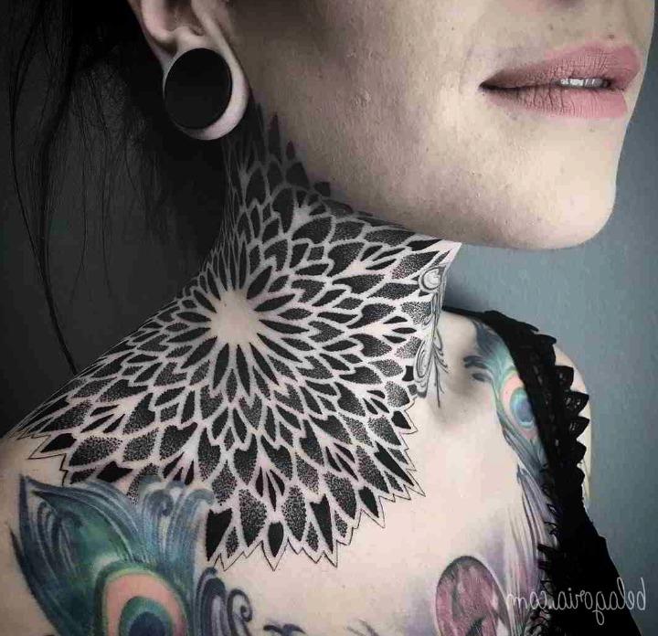 Tatuajes en el cuello para mujer