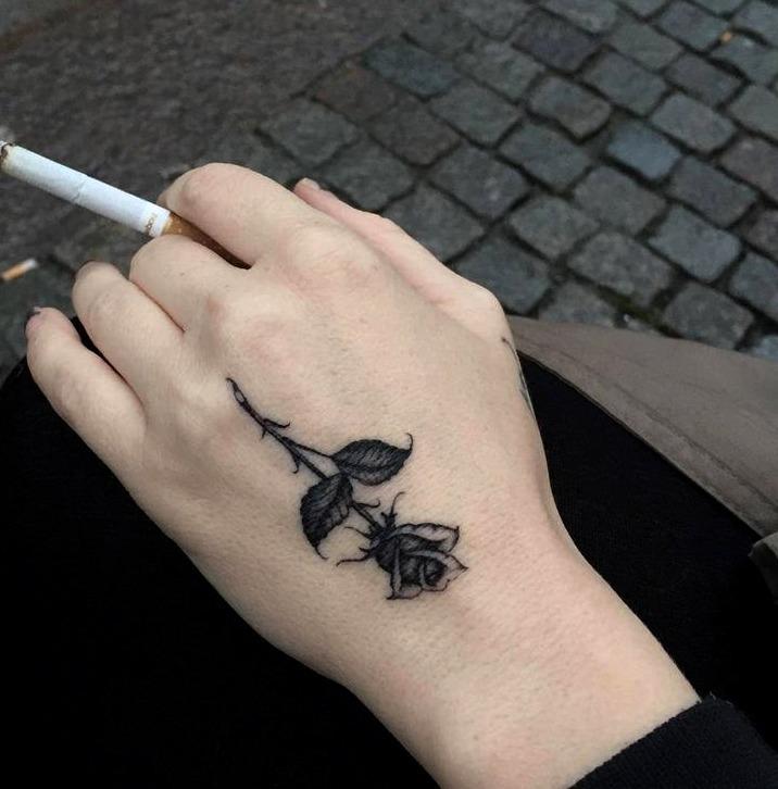 18 Ideas De Tatuajes En La Mano De Hombremujer Fotossignificado