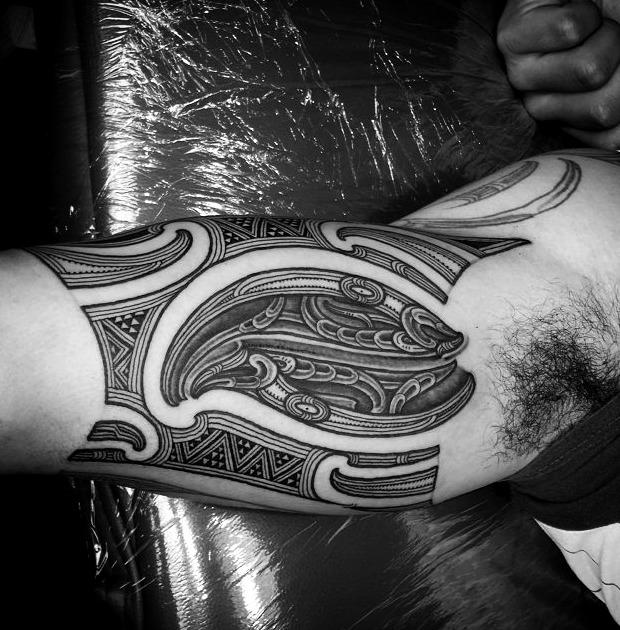Tatuajes maoríes en el hombro