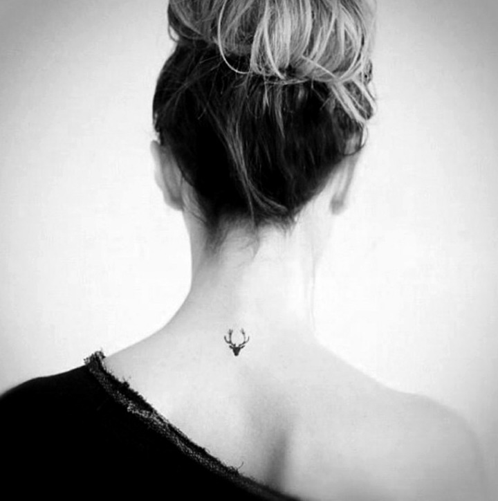 Tatuajes pequeños en la nuca