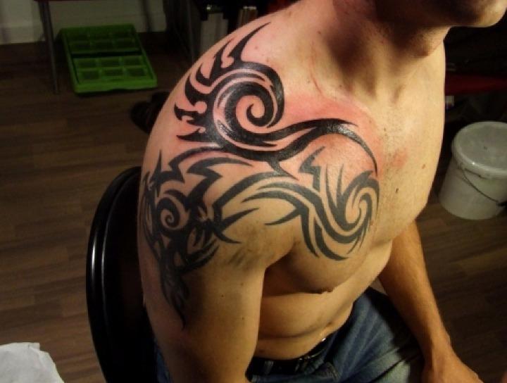 Tatuajes tribales en el hombro
